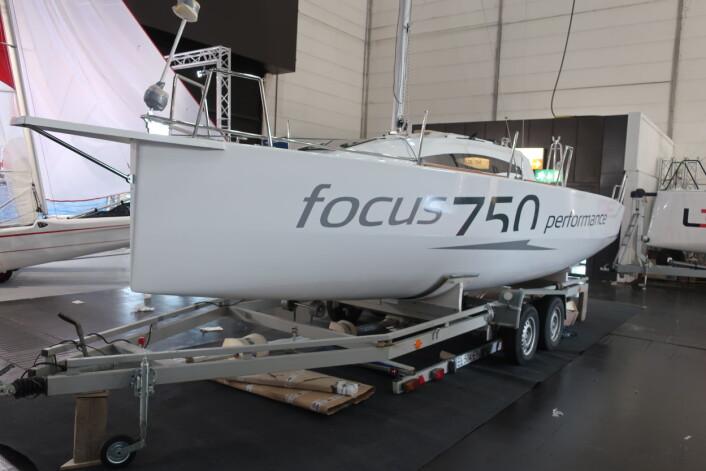 POLSK: Focus 750 er en moderne seilbåt som kan trailes og har overtatingsmuligheter.