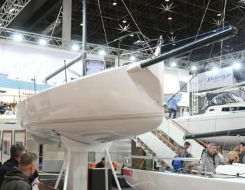 PEKE: Karbonrøret i baugen er varemerke for J/Boats. Den finner du også på den nye 40-foteren.