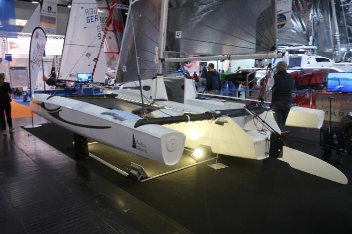 TØFF: Astus har brukt samme designer som har tegnet verdens raskeste trimaraner. Båten er både kul og billig.