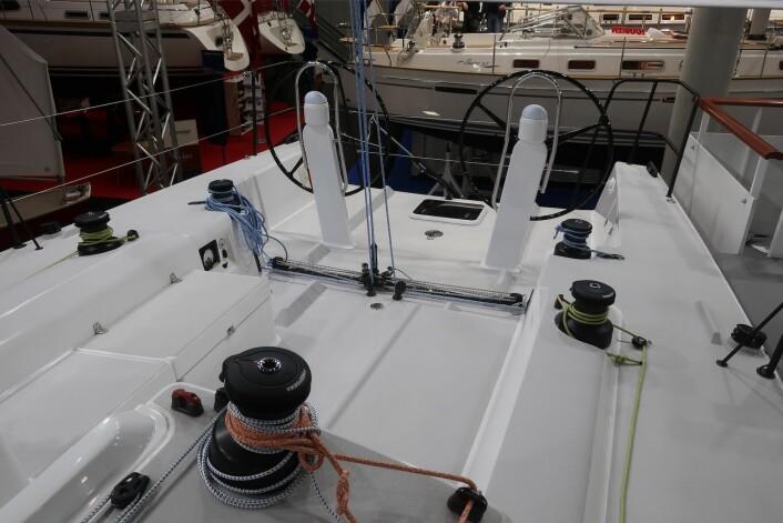 COCKPIT: Vinsjer er det du kan forvente dem. Cockpiten er stor, men er lite beskyttet. Endelig har også J/Boats to ratt, men rorkult ville nok noen shorthandseilere foretrukket.