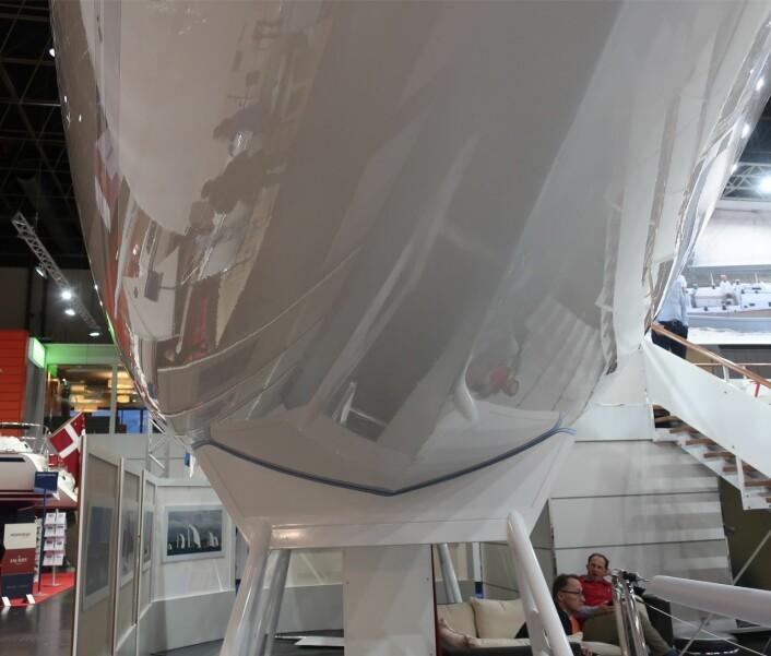V: Båten har rette linjer i lengderetningen, men bunnen har en V-form hele veien. Den blir flat først med en krengningsvinkel.