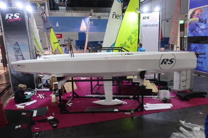 AGGRESIV: Med negativ baug og skarpe kanter langs skroget har RS 21 fått ett moderne uttrykk, men båten er snillere enn K19.