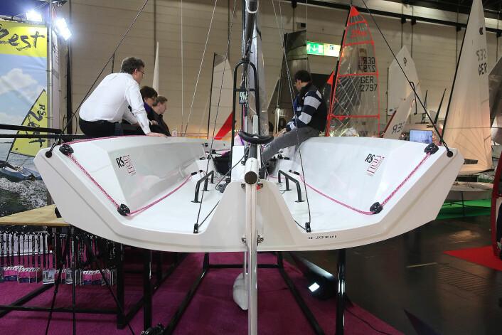 ÅPEN: Cockpiten er i hele skrogets lengde. Båten skal passe for to til fem seilere.