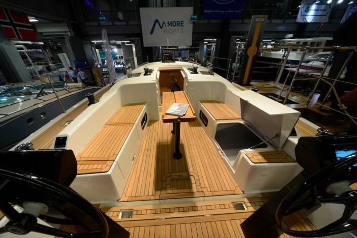BRED: Cockpiten er stor. Cockpitbordet kan lett fjernes for regattaseiling. Båten har seks vinsjer, plassert på tradisjonell måte.