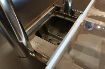STÅL: Rammen av stål tar opp krefter fra kjøl, mast og vant. Rammen kan enkelt løsnes, og løftes ut av båten.