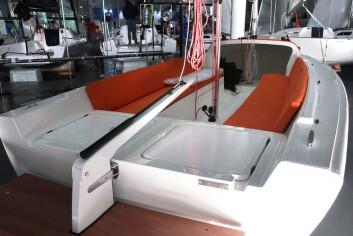 PLASS: 22-foteren har en lang cockpit. Det er godt med stueplass under benkene. Bak er det plass til en elmotor,