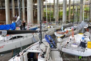 TØRT: Deltagerbåtene har stått ett halvt år på land under en bro.