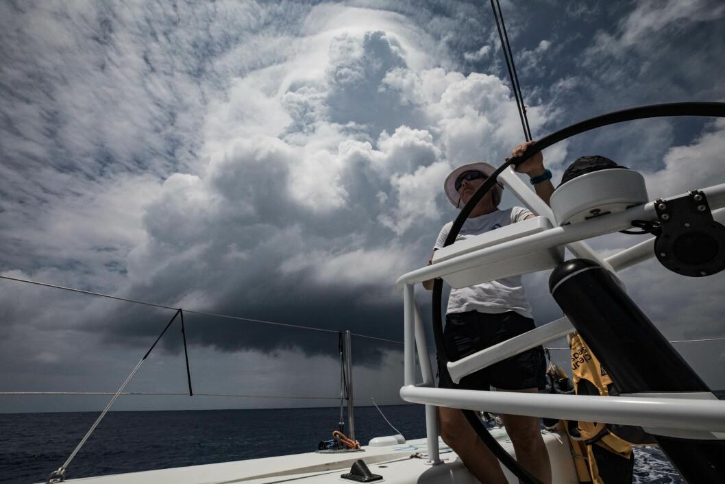 SKYER: Båtene seiler slalom mellom skysystemene. Det krever høy innsats av mannskapet.