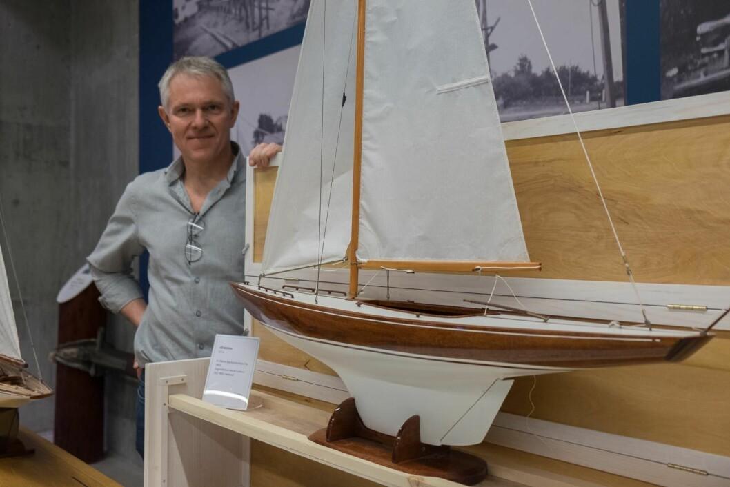 5,5 MR: Helge Bendixen kom helt fra Fevik til Vollen i Asker for å vise frem båter han har bygd, blant annet denne 5,5 mR «Encore» tegnet av Bjarne Aas.
