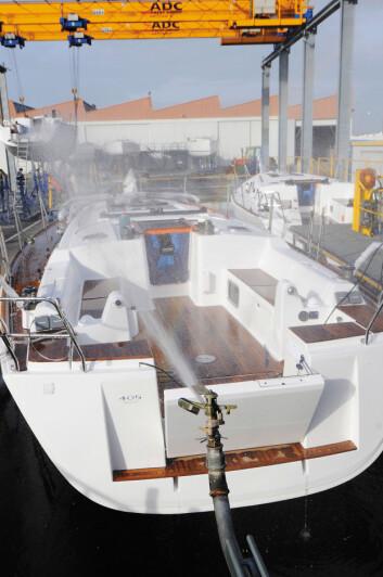 SISTE STASJON: En båt er ferdig og får en siste sjekk i vannbassenget.