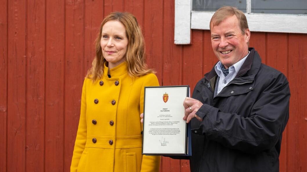KULTURMINNE: Hanna Kosonen Geiran hos Riksantikvaren overrakte Ingar Brauti beviset på at Holmen Yachtværft er fredet.