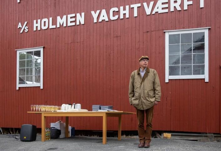 HISTORIEBOK: Finn Erhard Johannessen har skrevet om Holmen Yachtværfts 100 år lange historie og ga et resyme av den under markeringen.