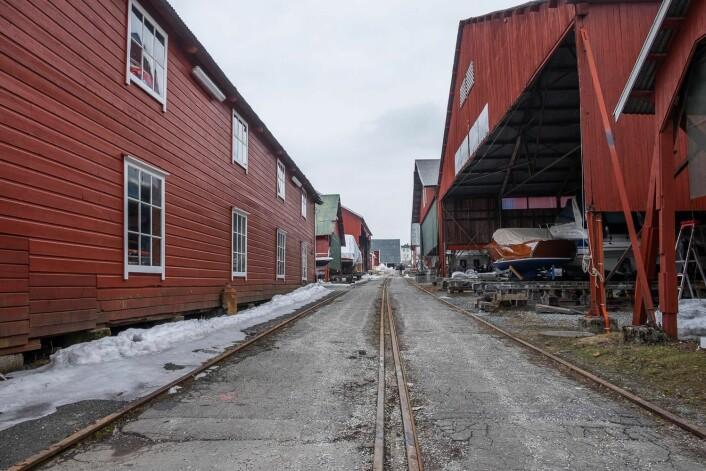 FREDET: Skinnegangen og bygningene til venstre er omfattet av fredningsbestemmelsene. Skurene til høyre kan trolig fornyes.