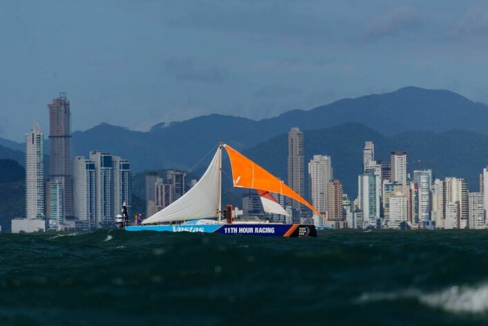 NØDRIGG: «Vestas 11th Hour Racing» seilte 1500 nautiske mil med en lyktestolpe som mast.