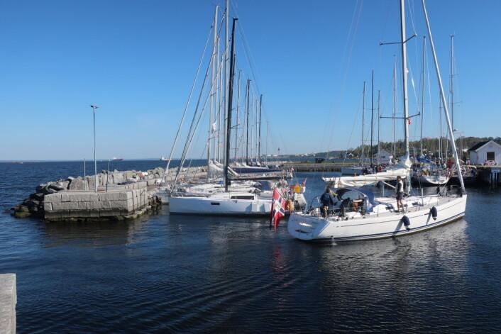VIND: Flaggene vaier, og det blåser 3-4 m/s fra sørvest i Åsgårstrand.