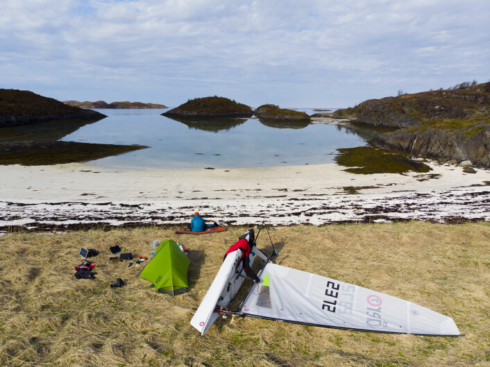 FROKOST: Klann nyter morgensolen på Karlsøyvær før kursen settes sydover mot Bodø 14. mai.
