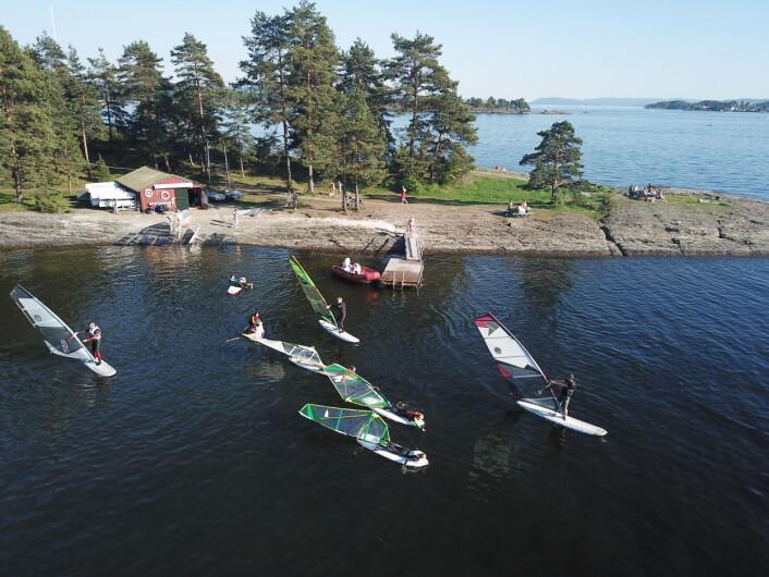 SOMMER: Windurfing og badeglede på Nesøya i Asker 14. mai 2018.