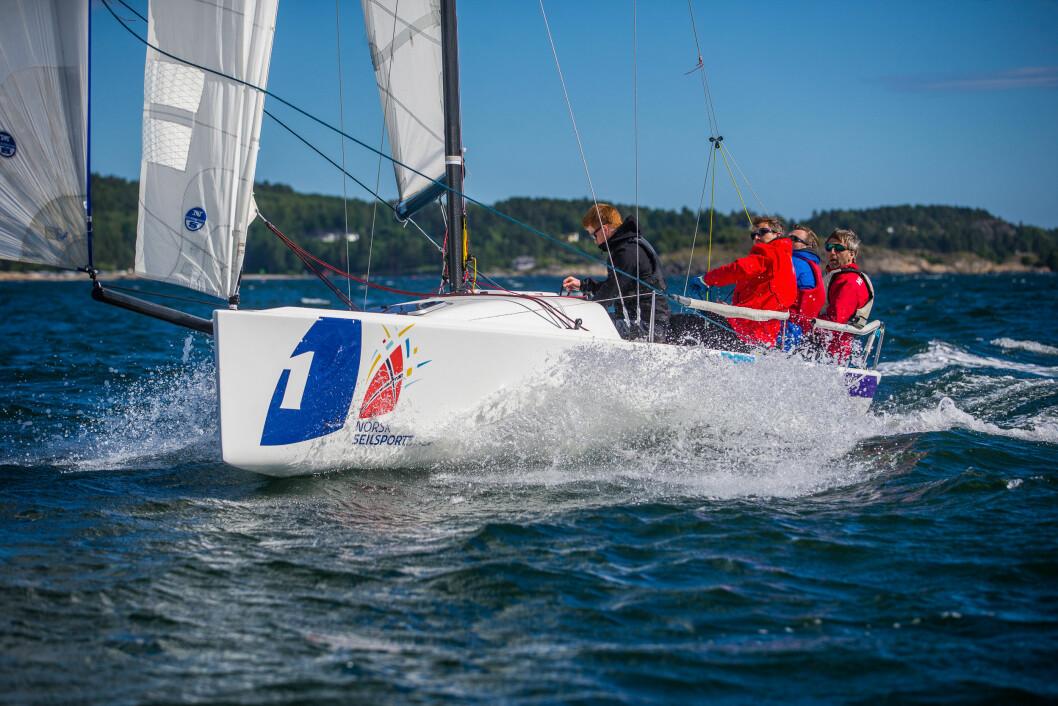 VINNERE: De aller fleste av konkurrentene holder en knapp på Moss Seilforening som årets vinner av seilsportsligaens eliteserie i 2018.