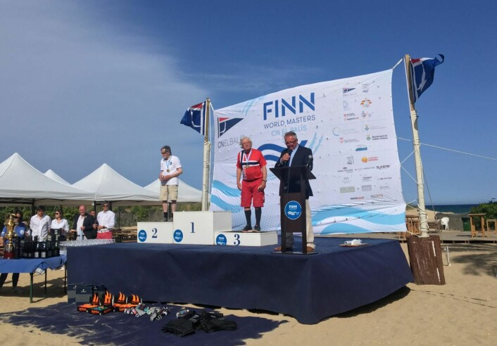 PREMIEUTDELING: Ola under premieutdelingen, han er første og eneste nordmann som har tatt medalje i master VM for Finnjolle