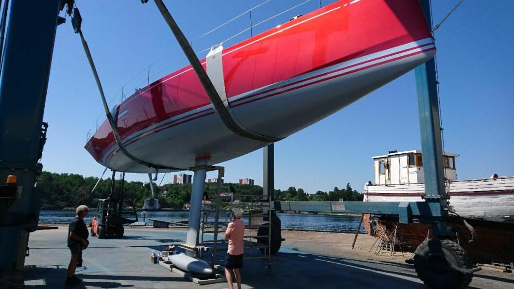 SJØSETTING: Det var utfordrende å skaffe kran som kunne sjøsette 50-foteren i Sandefjord.
