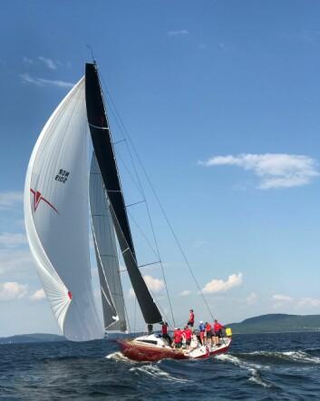 OSLOFJORDEN: ClubSwan 50 «Proxflyer» på vei til Asker fra Sandefjord. Nina Bøhaugen Bråthen var ute i RIB for å sette Elling Rishoff om bord.