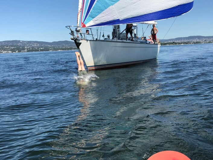 STUP: En av seilerne om bord i Baltic 58 «Lady Jane» stuper i vannet til ære for SEILmagasinets reportasjebåt.