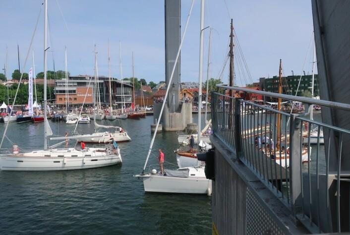 ÅPNEN: Brua åpnes hver time i Tønsberg. Fremdeles kommer det båter inn.