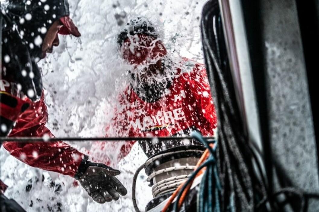 Etappe 10, fra Cardiff til Gøteborg, dag 4 ombord MAPFRE, Antonio Cuervas-Mons får seg en dusj.