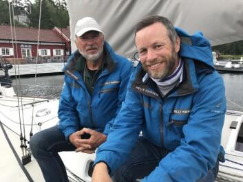 LITEN: Yngve Lønmo og Asbjørn Lønmo  har hatt en tøff seilas i J/92.