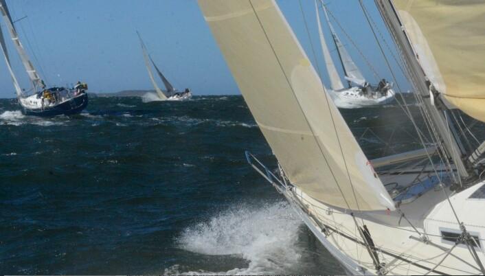 VIND: Den harde vinden fra start har roet seg noe, men båtene seiler fortsatt fort.