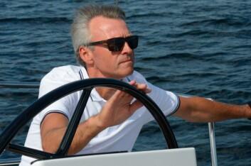 BAVARIA: Atle C. Strøm har seilt Bavaria i over 20 år. Her tester han ut siste nytt fra verftet.