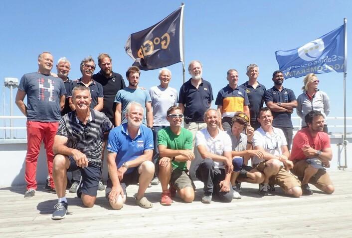 DELTAGERE: Alle 18 skippere samlet i Frankrike.