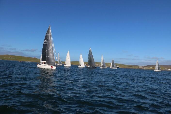 START: Også stålende sol i vest. Her fra starten av andre etappe på Shetland.
