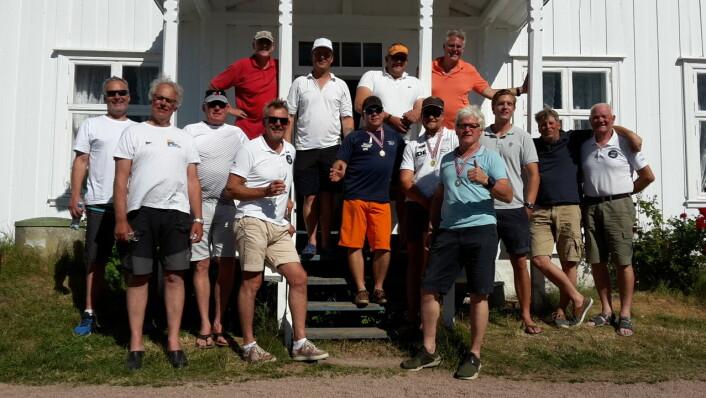 FINNJOLLE: Deltagerne samlet ved Drammen Seilforenings klubbhus på Rødtangen.