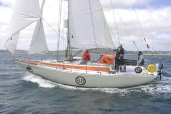 RASK: Mark Slats seiler en Rusler 36, og holder høyest fart i feltet.