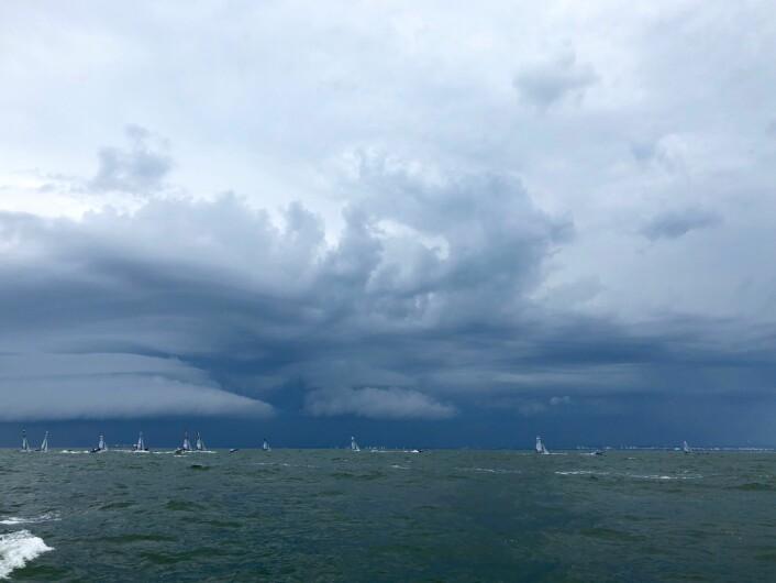 MØRK SKY: Denne mørke skyen hang som en klam hånd over regattabanen i Gdynia og skapte vanskelige forhold for seilerne.