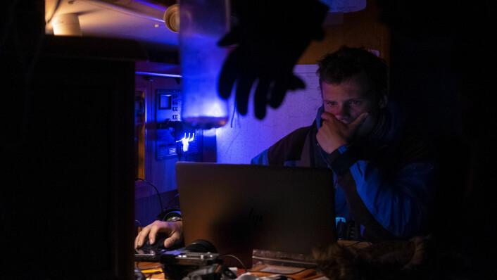 BILDER: August redigerer bilder på nattevakten.