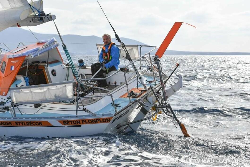 PROBLEMER: Philippe Péché har brukket rorkulten i storm. Etter å ha mottat råd fra land er han ute av regattaen.