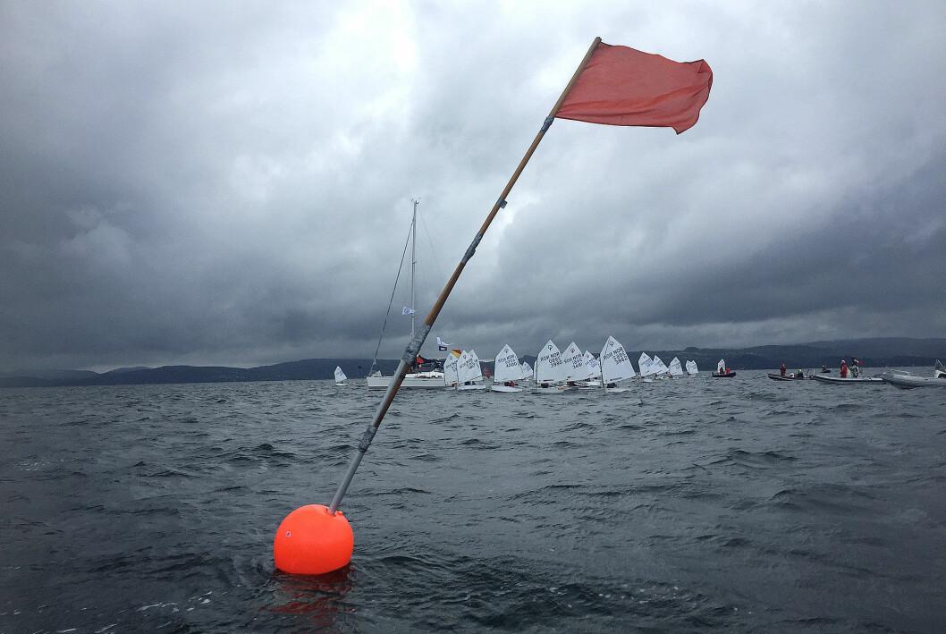 NM: Optimistseilerne fikk seilt en seilas fredag under krevende forhold.