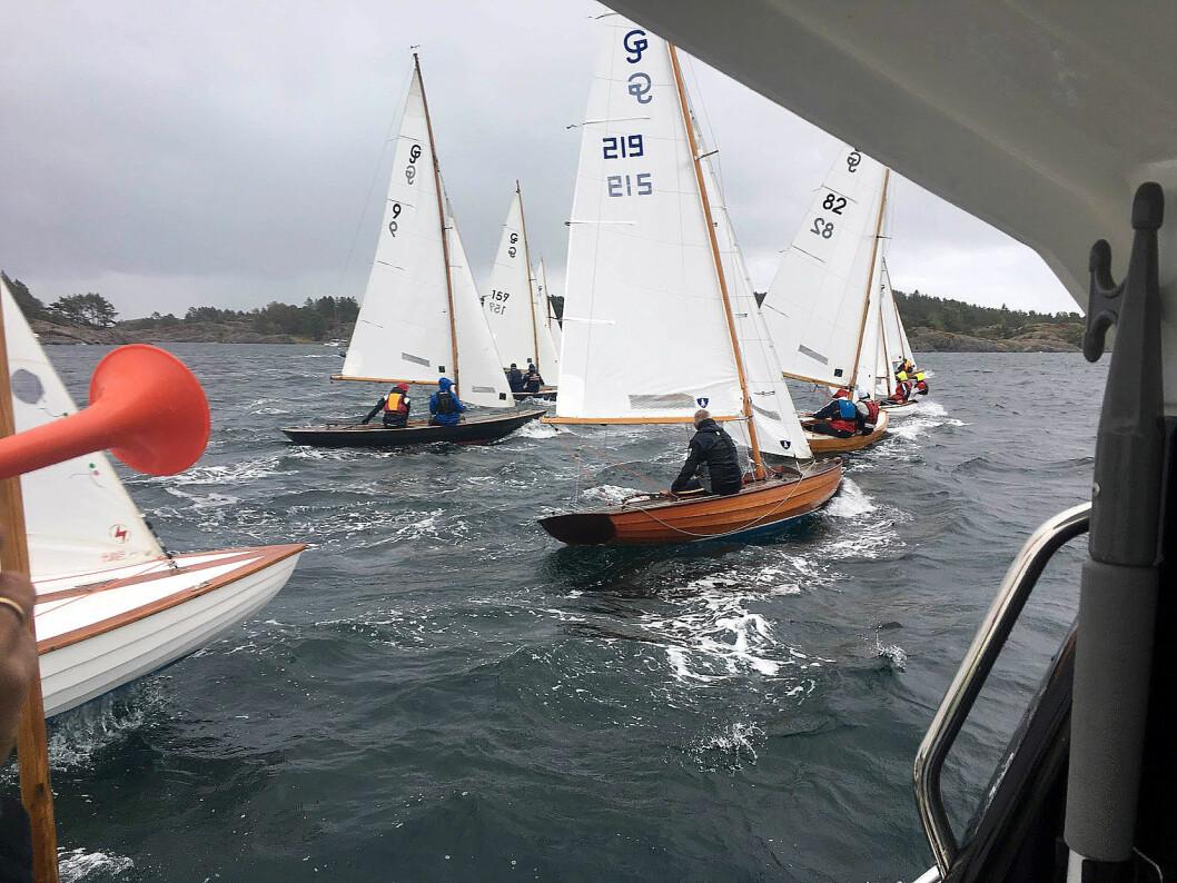 FRISKT: Lørdag ble starten utsatt på grunn av sterk vind, men det ble gjennomført to seilaser.