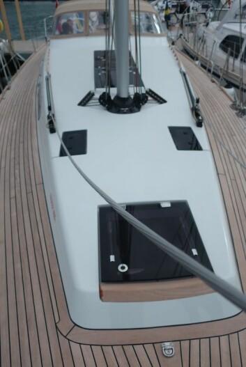 LANGSMAL: Faurby er det mange vil karakterisere som en skikkelig seilbåt. Dekket er rent, og liner er ført under dekk.