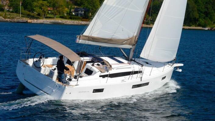 MODERNE: Sun Odyssey 410 har aggressive linjer. Den er mer tøff enn elegant.
