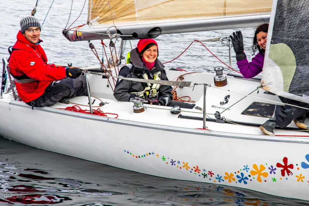 JENTER: 35 av 43 båter hadde jenter om bord. Så også hos Dino Ivkovic fra Stord  i hans First Class 8. Med seg hadde han Michaela Weissova, Sinisa Davidovic, Ingmar Helland og Åshild Giving.