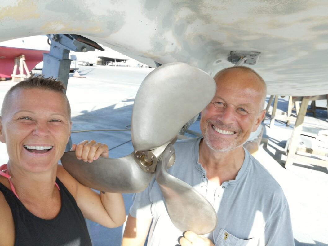 SATSER: Marianne Aasgaard og Even Øiestad holder på å konvertere sin seilbåt fre diesel til eldrift. Ny propell er alt på plass.