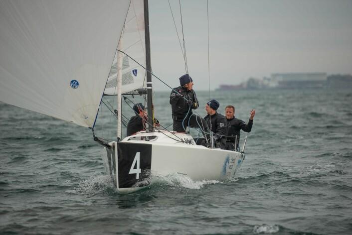 HJALP IKKE: ORCi-laget gikk i mål som første båt i siste seilas, men Karl Otto Book slår resignert ut med armene ? for det hjalp ikke å finne så lenge Melges-laget kom på plassen bak.