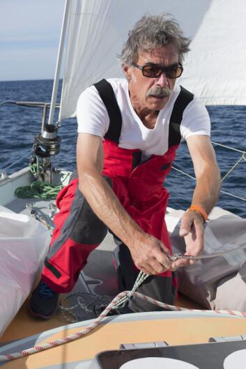 FLYTER: 62-åringen klarer å pumpe ut mer vann enn hva som trenger inn i båten.
