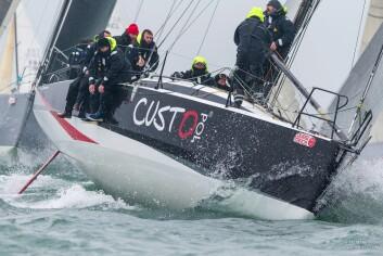 RASK: JPK 11.80 vant Rolex Middel Sea Race under IRC. Båten er typisk for målereglen med baugspryd for assymetriske seil, og rett kjøl uten bulb.
