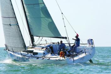 KRYSS: JPK 10.80 har et spesielt overbygg som gir bedre sikt fremover fra under dekk. Båten kan leveres med ett eller to ror. Både båten vi testet, og den som ble to i Sydney Hobart Race hadde to ror.