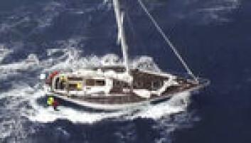REDDET: Mannskapet om bord i «Kolibri» blir reddet av et redningshelikopter