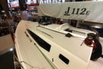 J/122E: Nyheten produseres både i USA og i Europa. Den amerikanske versjonen kom på vannet noen uker tidligere.